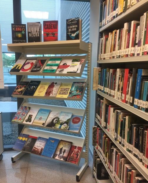 Estanteríc con libros Biblioteca La FE